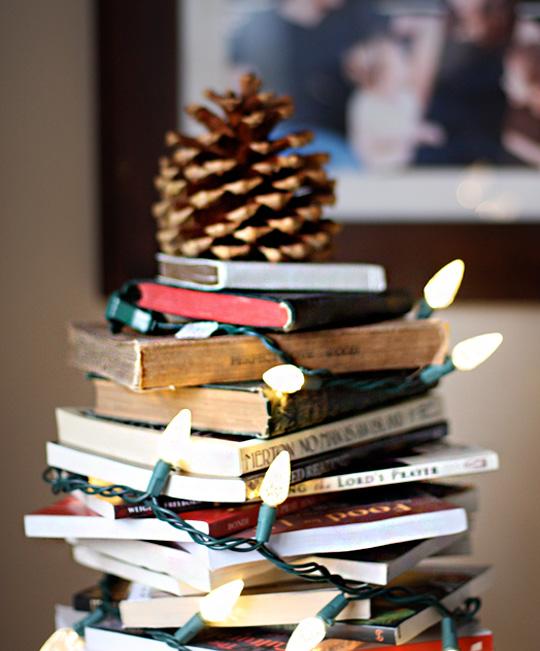 bøger og lyskæde
